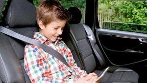 A che età un bambino può guidare senza un seggiolino?