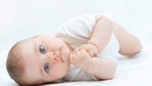 เมื่อไหร่ที่เด็กจะเริ่มหมุนจากด้านหลังไปข้าง ๆ อย่างอิสระและมันขึ้นอยู่กับอะไร?