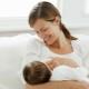 Bagaimana untuk memberi makan bayi baru lahir dengan susu ibu?