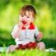 Dari umur dan masa berapa anda boleh memberi strawberi kanak-kanak?
