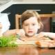 Dari mana ikan dan berapa umur anda boleh mula memberi makan anak?