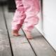 Kenapa anak berjalan kaki di kaus kaki dan apa yang perlu dilakukan?