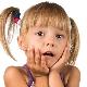 Placca marrone sui denti di un bambino