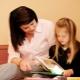Hoe leer je een kind om thuis lettergrepen te lezen?
