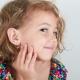 Quand et de quelle manière vaut-il mieux percer les oreilles d'un enfant?