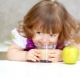 A che età puoi dare un succo di mela a un bambino e come farlo nel modo giusto?