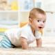 เด็กเริ่มคลานเมื่ออายุเท่าไหร่และแบบฝึกหัดอะไรที่มีส่วนช่วยในเรื่องนี้?