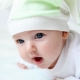 Seorang kanak-kanak dalam 2 bulan tidak memegang kepalanya - apakah ini norma atau penyimpangan?