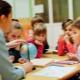 아이들을 가르 칠 때 니모닉의 어떤 방법과 기술을 사용할 수 있습니까?