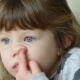 ทำไมเด็กถึงกินฝักจมูกและจะทำให้เขาหย่านมได้อย่างไร