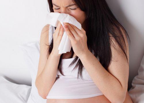دم من الأنف أثناء الحمل: ماذا تفعل إذا حدث ذلك خلال الثلث الثالث أو الثاني  أو الأول من الحمل ، فإن الدم يخبز - القشور