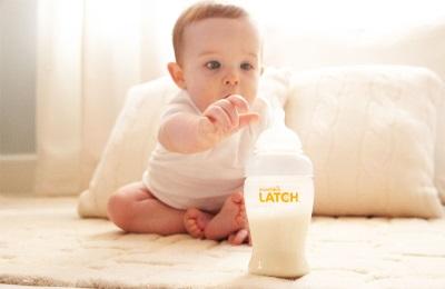 Het kind drinkt zuigelingenvoeding met maltodectrine.