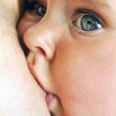 Moedermelk voor baby of formule