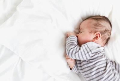 ينام الطفل وحده