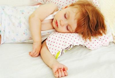 เด็กหย่านมจากการนอนกับพ่อแม่