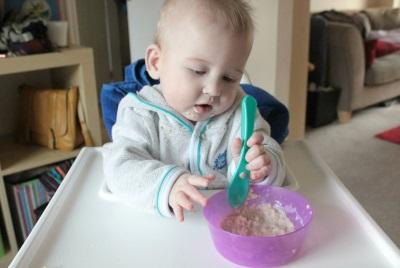 Baby die pap eet