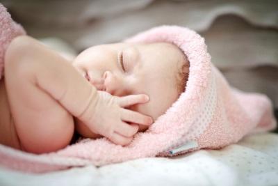 سقوط النفس نائما الطفل