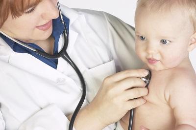 De dokter onderzoekt het kind
