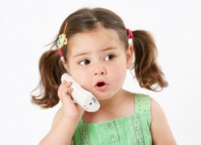 Kind praten aan de telefoon