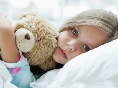 La ragazza si ammalò - sdraiata sul letto