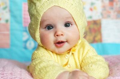 Mooie baby in gele kleren