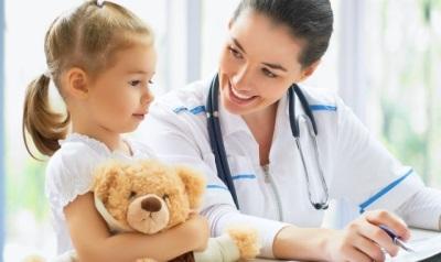 Kanak-kanak di hospital - pemeriksaan oleh doktor