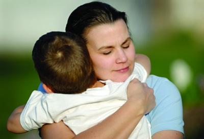 La mamma abbraccia il figlio