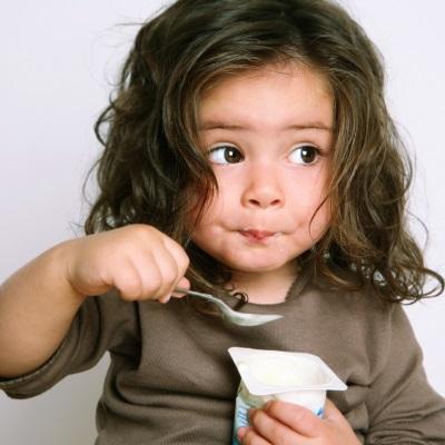 Girl makan yogurt prebiotik