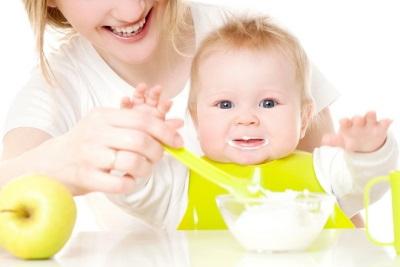 Kanak-kanak makan makanan dengan prebiotik