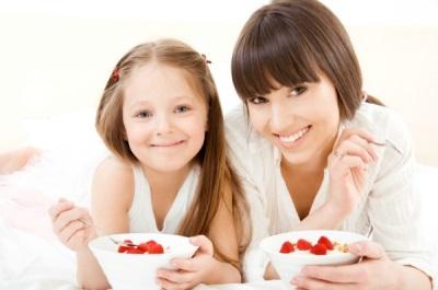 Ibu dan anak makan makanan dengan prebiotik