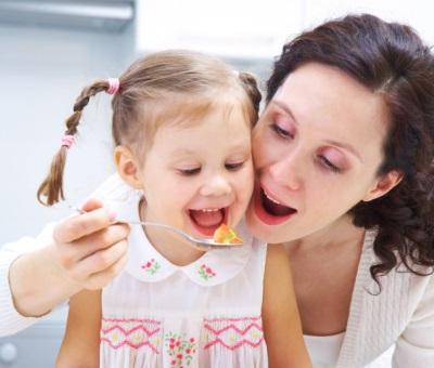 Kanak-kanak dengan ibu makan
