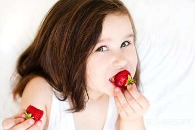 Meisje dat aardbeien eet