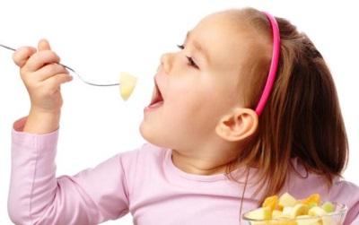 Kind dat fruitsalade eet
