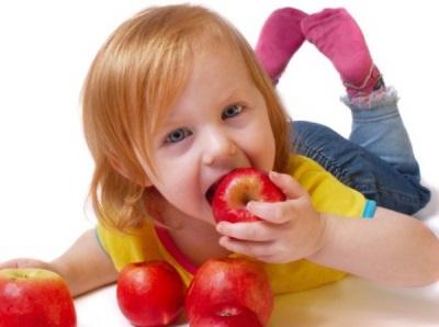 Meisje dat een appel eet