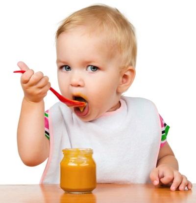 Bebê comer purê de batatas
