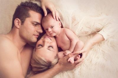 Mamma e papà baciano il nuovo bambino, lo amano