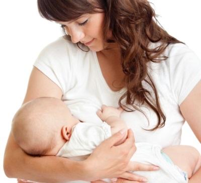Baby bij mama's handen