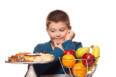 Schooljongen met zoet en fruit