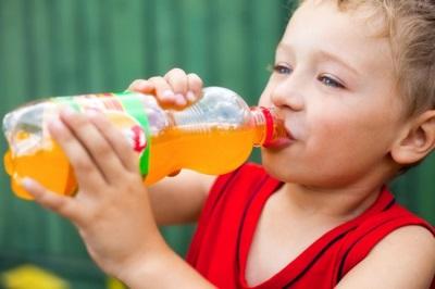 Kind drinkt frisdrank