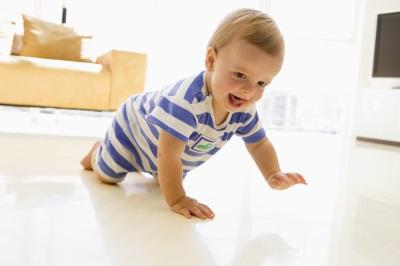 Bébé à 7 mois rampant