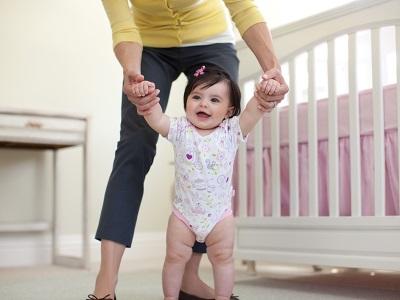 Бебето се учи да ходи на 10 месеца