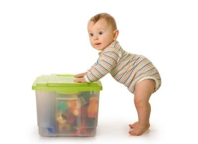 Bébé marche avec soutien dans 8 mois