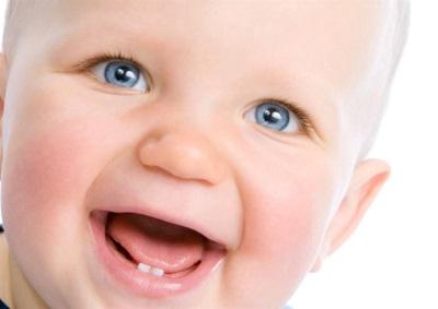Bébé sourit, 2 dents
