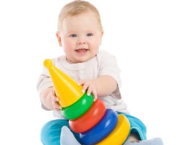 يلعب الطفل الهرم في 10 أشهر