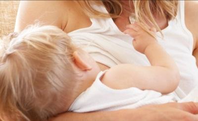 تغذية الطفل مع حليب الثدي