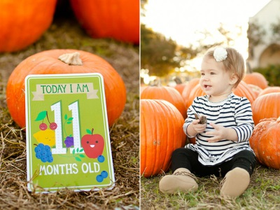 Dieťa 11 mesiacov sedí na tráve s tekvica vonku