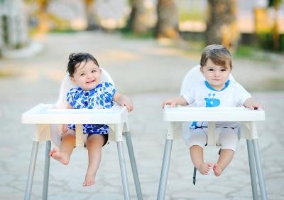 Deti 11 mesiacov na stoličkách na kŕmenie