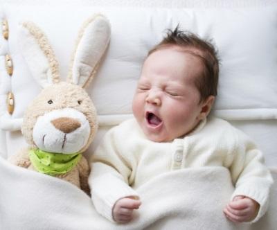 Baby 2 Monate mit einem Spielzeug schlafen