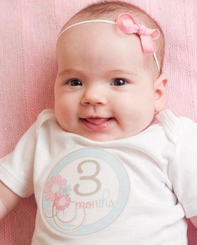 Mädchen im Alter von 3 Monaten