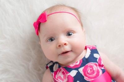 Schönes Mädchen bei 3 Monaten